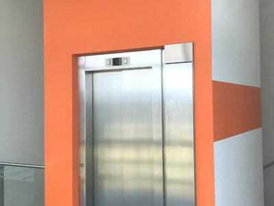 Treppenhaus Lift oranger Anstrich